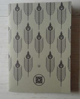 Quaderno formato 11x16, 60 pagine color avorio. Manufatto artigianale italiano, rifilato e rilegato a mano, prodotto usando solo carte certificate.