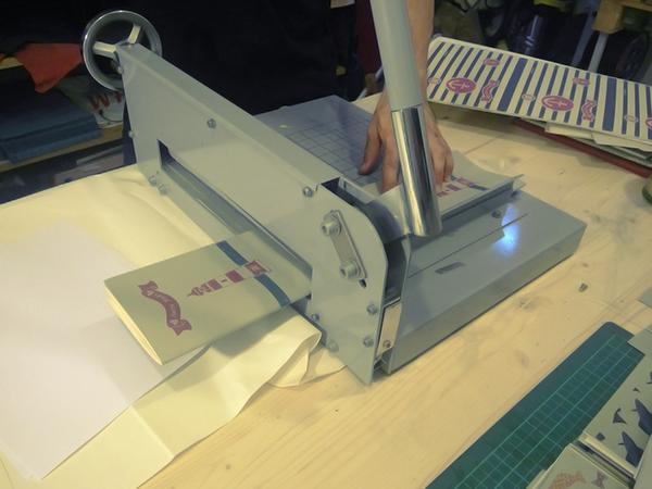 taglio e rifilatura dei quaderni artigianali 7 Nodi